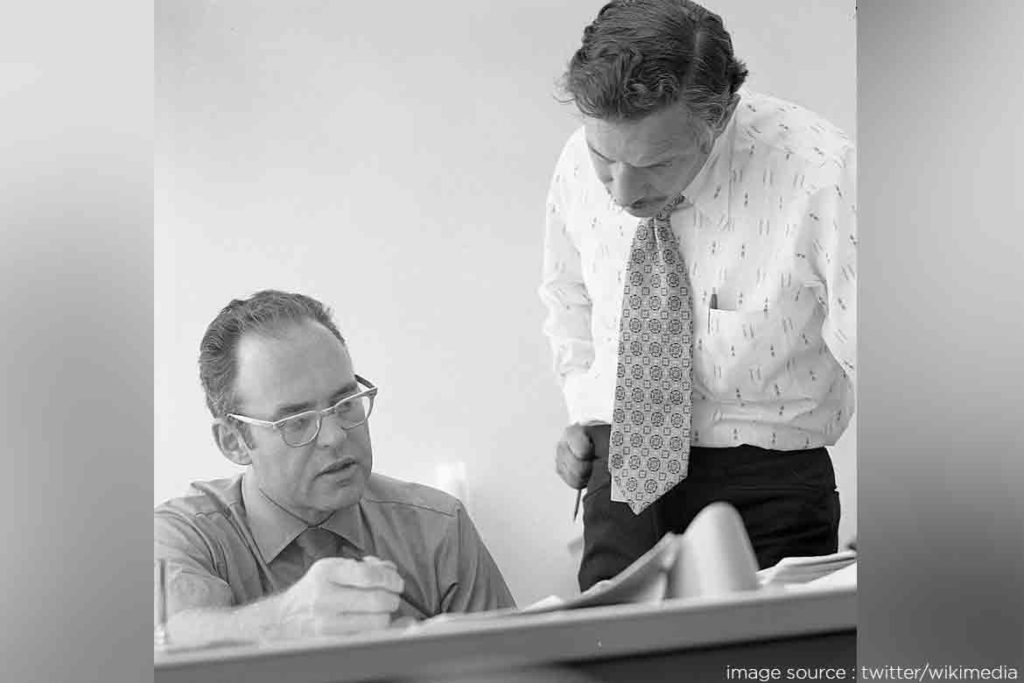 GORDON MOORE AND ROBERT NOYCE -- TechMobi